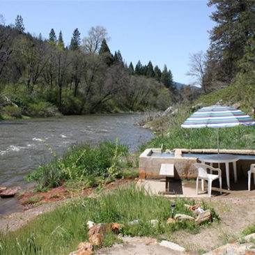 The hot springs are located on the bank of the beautiful Feather River. There are two tubs, filled with the waters from two separate springs.